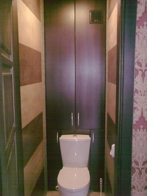 Шкафчик в туалете за унитазом фото