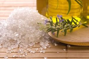 Натуральная соль - серая и неприглядная, красивая белая соль подверглась обработке.