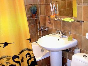 Ванная комната может быть яркой и красочной.