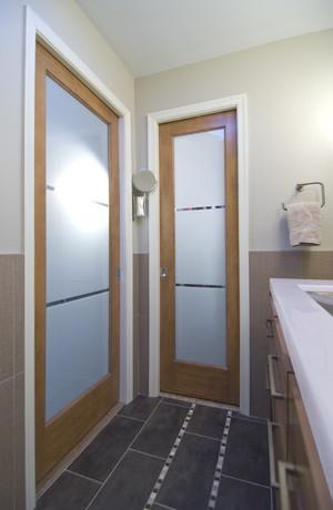 Какую дверь выбрать для ванной и туалета