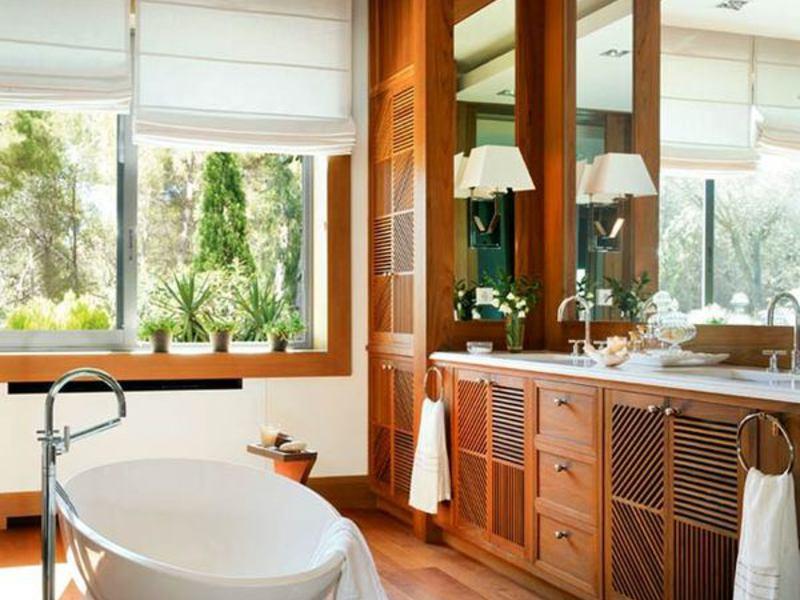 Красивый интерьер ванной комнаты в деревянном доме
