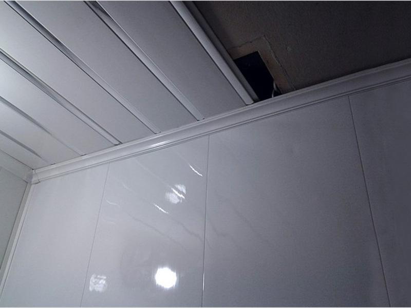 Установка пластиковых панеей ПВХ на потолке в ванной комнате