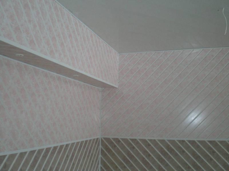 Установка пластиковых панеей ПВХ на стенах в ванной комнате