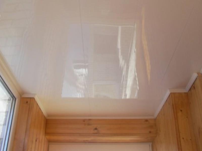 Отделка потолка пластиковыми панелями: фото, преимущества и .